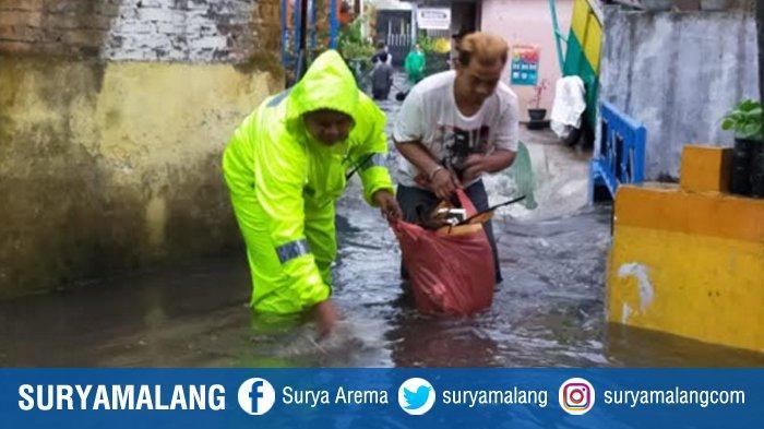 Bhabinkamtibmas Kelurahan Bareng Bersama Warga Kerja Bakti Bersihkan Kotoran Sisa Banjir