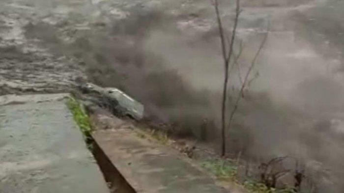 Banjir Lahar Dingin Gunung Semeru di Lumajang Seret 1 Mobil Panther Warga