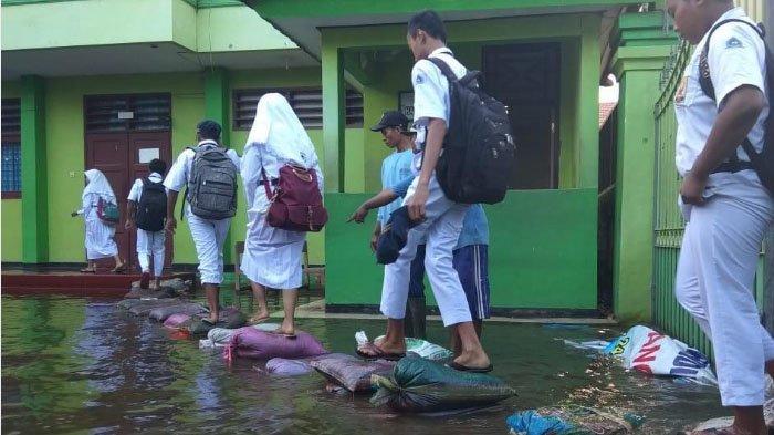 Banjir Masih Rendam Sidoarjo, Begini Proses Belajar Mengajar di SMPN 2 Tanggulangin