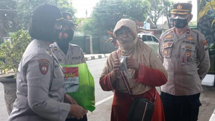 Gandeng Forkopimcam Blimbing, Polresta Malang Kota Salurkan Bansos ke Warga