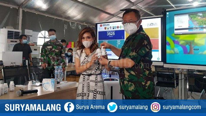 Atase Kesehatan Internasional (WHO) asal Solo, dr Lala Cantiq saat memberikan bantuan secara simbolis ke Kepala RS Lapangan Indrapura (RSKI), Laksma Dr dr I Dewa Gede Nalendra Djaya Iswara SpB Sp BTKV, Selasa (24/11/2020)