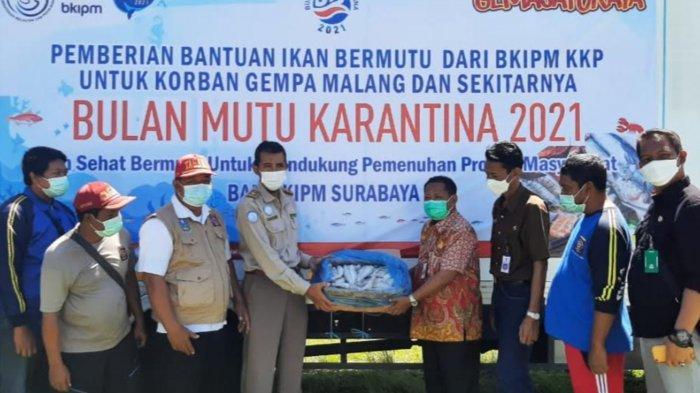 BKIPM Surabaya dan DKP Jatim Beri Bantuan Ikan Beku 2 Ton ke Korban Gempa di Malang dan Lumajang