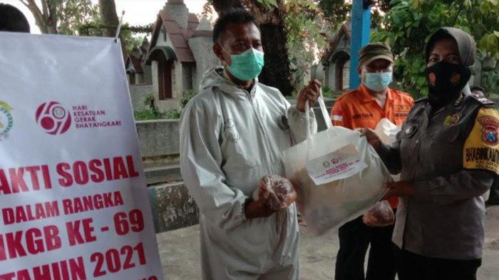Bhayangkari Kota Malang Serahkan Bantuan Sembako dan Daging Kurban ke Tim Pemulasaraan Jenazah