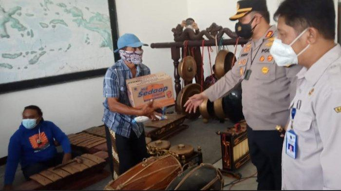 Polres Kediri Kota Bagikan Bantuan Sembako kepada Pelaku Seni Karawitan