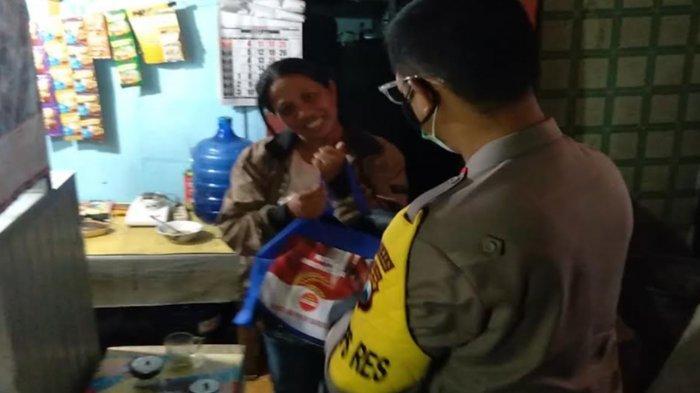 Kapolres Malang dan Dandim 0818 Blusukan Larut Malam Salurkan Bansos ke Warga Terdampak PPKM Darurat