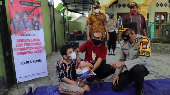 Polres Kediri Salurkan Bansos ke Warga Disabilitas dan Pekerja Seni