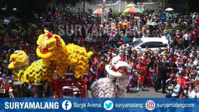 Warga Membeludak di Jalanan, Antusias Saksikan Atraksi Barongsai di  Malang Town Square (Matos)