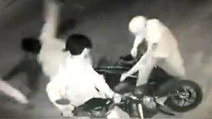 Begal Bersenjata Celurit Gagal Rampas Motor di Bekasi, 1 Pelaku Dihajar Warga Sampai Babak Belur