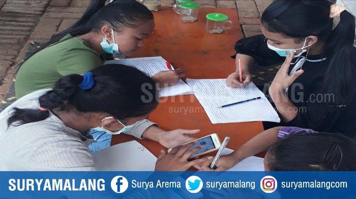 Fenomena Belajar Daring di Warkop, Di Jabung Malang Siswa Manfaatkan Wifi Warkop Untuk Tugas Sekolah