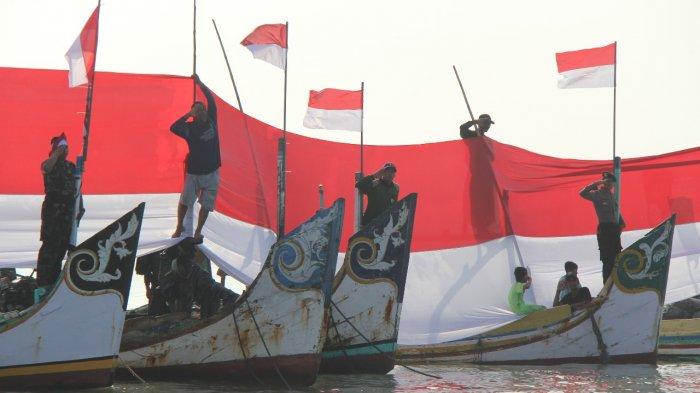 Polisi, Tentara dan Nelayan Kibarkan Bendera 5 x 200 Meter di Pesisir Lamongan - bendera-merah-putih-sepanjang-200-meter_20180810_201152.jpg