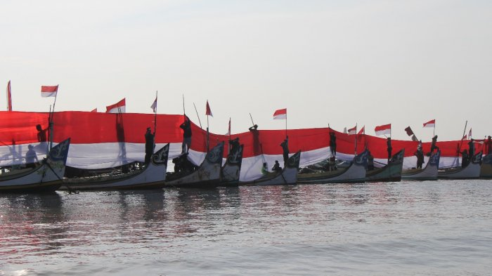 Polisi, Tentara dan Nelayan Kibarkan Bendera 5 x 200 Meter di Pesisir Lamongan - bendera-raksasa_20180810_201720.jpg