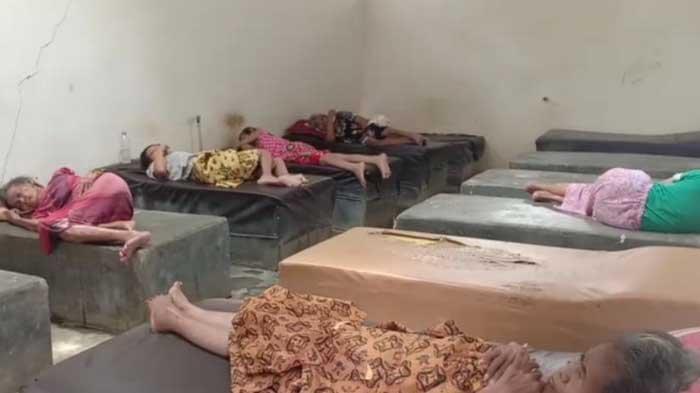 Fakta di Balik Foto Viral Sejumlah Lansia Tidur Beralas Cor Semen di Ponorogo