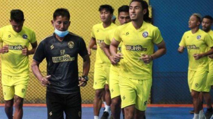 ILUSTRASI - Arema FC saat latihan bersama dalam artikel Berita Arema populer Minggu 4 April 2021