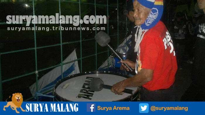 Lihat Aksi Kakek Aremania dari Pasuruan, Kisahnya Bikin Haru, Dia Ternyata . . .