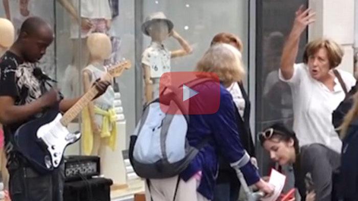 VIDEO : Wanita ini Mencoba Mengusir Pengamen, Lalu Lihat yang Terjadi Kepadanya
