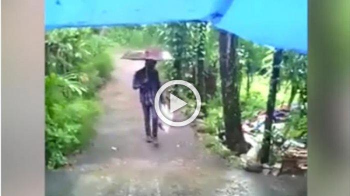 VIDEO: Perhatikan Baik-baik Tas Kresek yang Pria ini Pegang, Astaga, Itu Kan. . .