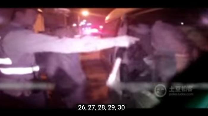 VIDEO : Lihat Berapa Banyak Orang yang Keluar dari Mobil ini? Polisi Kaget Jumlahnya Ternyata. . .