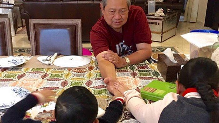 Terungkap, Ternyata ini Lho Benda Putih di Samping SBY yang Bikin Netizen Penasaran