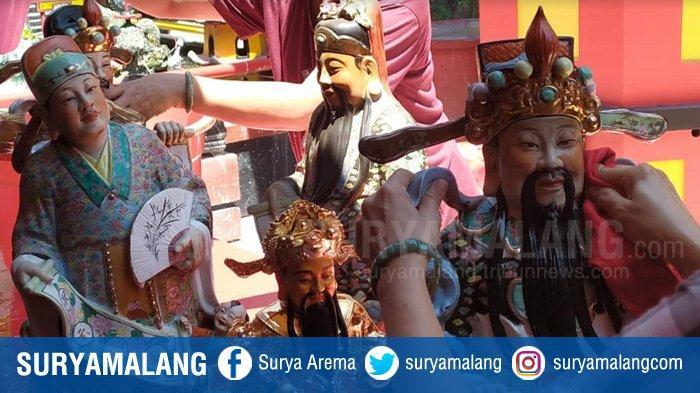 Warga Tionghoa Kota Malang Mulai Bersihkan Patung Dewa di Klenteng Eng An Kiong