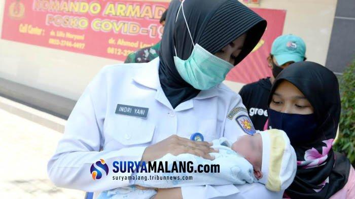 Kisah Haru Romlah yang Ditolong Bidan Indri Melahirkan Darurat di Emperan Pasar Pabean Surabaya