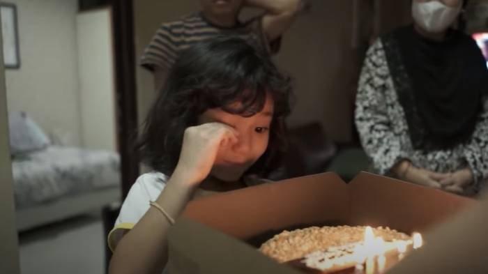 Bilqis menerima kue ulang tahun dari ibunya