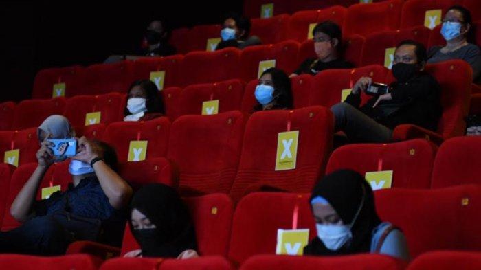 Hari Pertama Bioskop Dibuka, Warga Surabaya Senang dan Tetap Terapkan Protokol Kesehatan saat Nonton