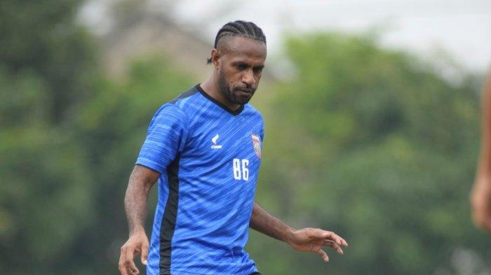 Boaz Solossa Hangatkan Bangku Cadangan saat Borneo FC Melawan Persebaya, Ini Komentar Mario Gomez