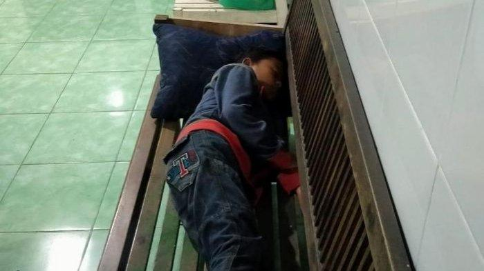 Bocah 9 tahun asal Mojokerto berjualan sate kol di Gresik. Ia tertidur di Koramil 0817/01 Driyorejo.