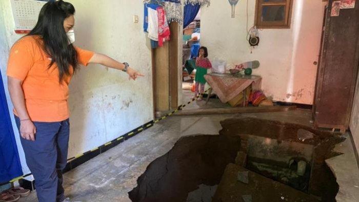 Lantai Ruang Tamu Rumah Warga Kota Malang Mengalami Tanah Ambles, BPBD Kota Malang Berikan Bantuan