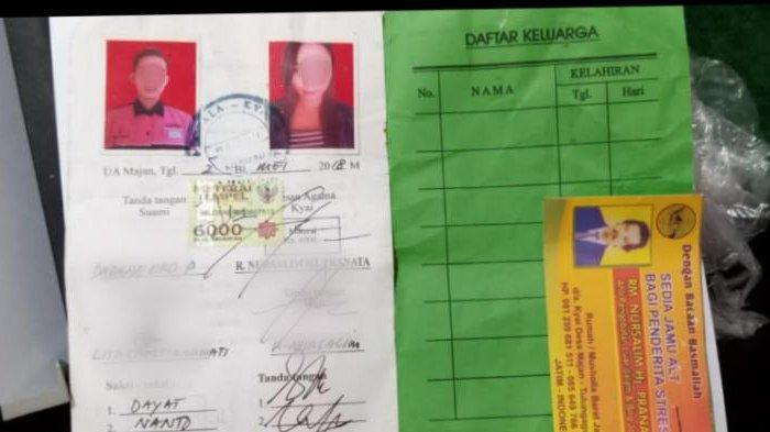 Buku nikah siri pasangan DEP dan LC yang ditemukan petugas Satpol PP Tulungagung.