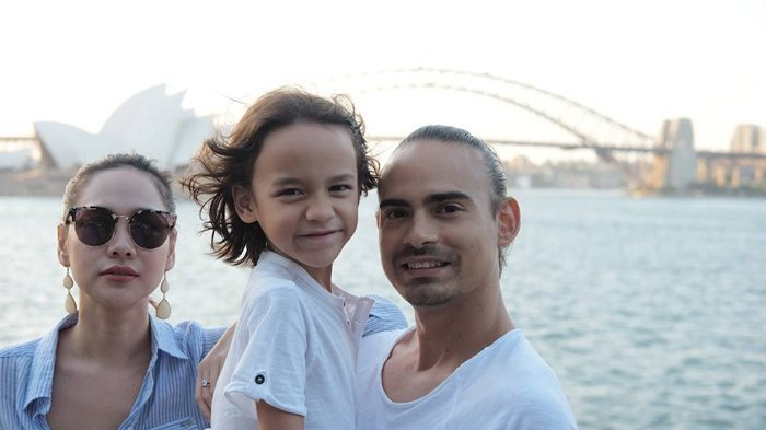 BCL Posting Foto Lebaran Bersama Keluarga, Netizen Salfok pada Perubahan Ashraf dan Gigi Anaknya