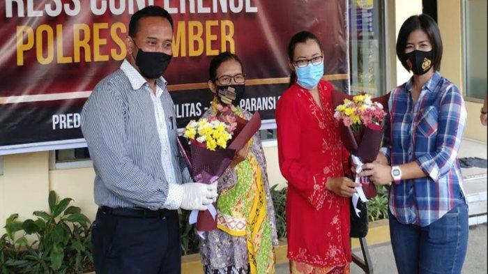 Para aktivis GPP mendatangi penyidik. Mereka menyerahkan buket bunga, satu di antaranya diberikan kepada Kanit PPA Satreskrim Polres Jember Iptu Dyah Vitasari, Kamis (6/5/2021) sebagai apresiasi penanganan kasus dugaan pencabulan dengan tersangka Dosen Unej, RH.