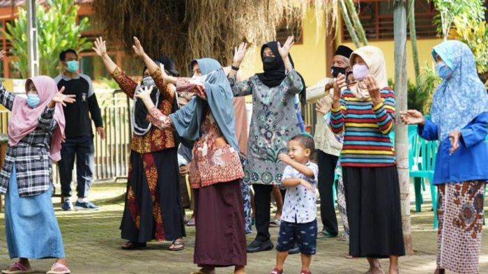 Senam Bareng Lansia, Bupati Banyuwangi Ipuk Fiestiandani Kampanyekan Vaksinasi Covid-19