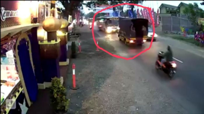 Video Viral, Bus Mira Ugal-ugalan di Jalur Madiun, Nyaris Hantam Truk Polisi