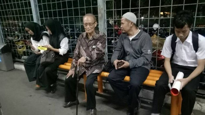 Ya Allah! Ulama Sepuh Ini Hadiri Acara di Istana Bogor Naik KRL, Netizen Langsung Berdoa Begini