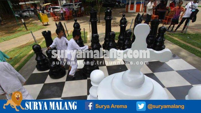 Ayo Nikmati Suasana Kota Malang dan Main Catur Raksasa Ini di Alun-Alun