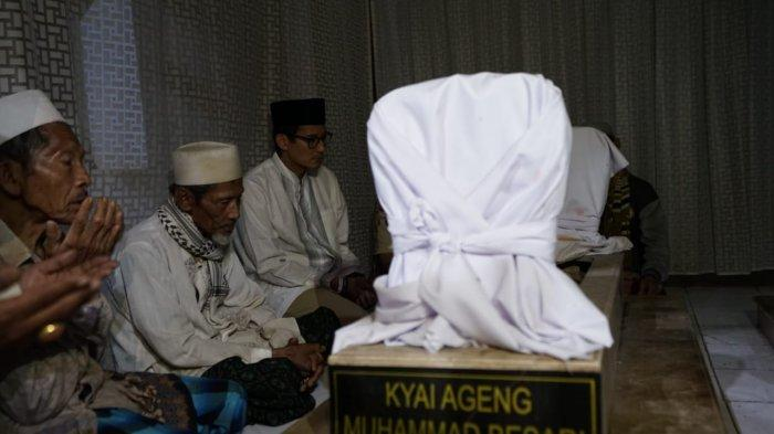 Cawapres Sandiaga Uno Berziarah Ke Makam Kyai Ageng Mohamad Besari Tegalsari Ponorogo