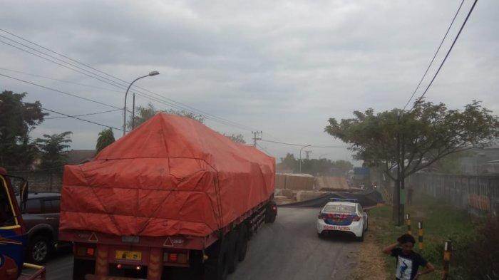 Tiga Kendaraan Kecelakaan Beruntun Hingga Truk Trailer Melintang Menutup Jalur Pantura di Tuban