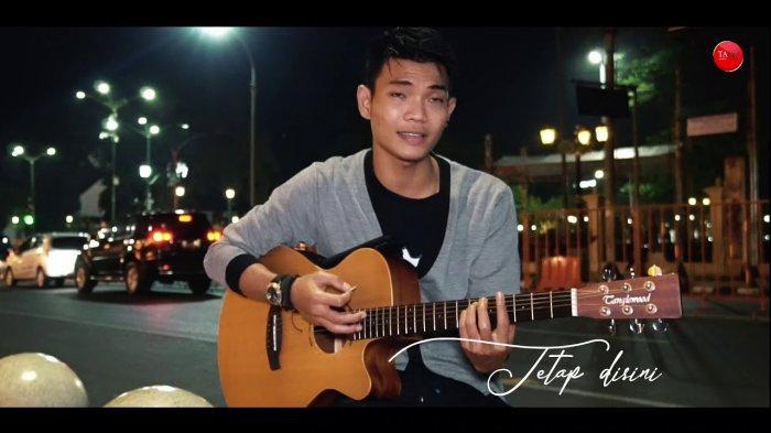 Chord Gitar Tetap Disini - Tri Suaka dengan Lirik erima Kasih Kau Telah Mencintaiku, Viral di TikTok