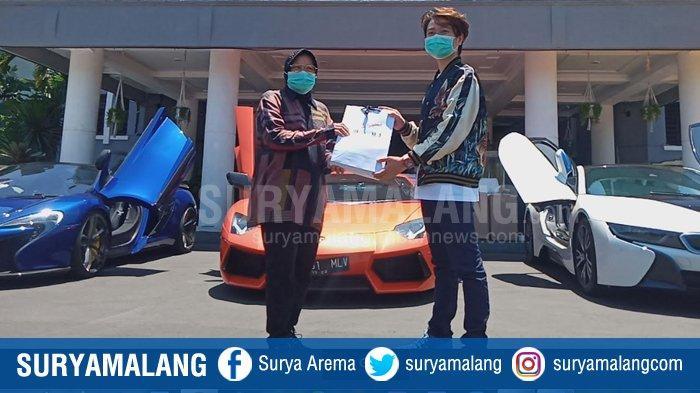 Crazy Rich Surabaya Bermobil Sport Mewah Antar Bantuan ke Pemkot Surabaya untuk Penanganan Covid-19