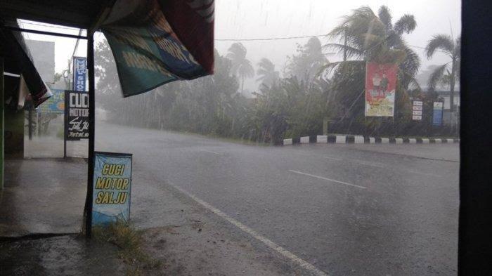 Tips Aman dan Nyaman Mengendarai Motor Saat Hujan