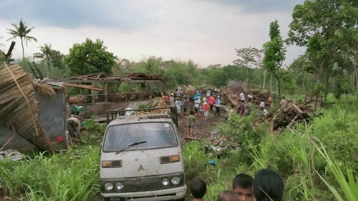 Angin Kencang dan Hujan Deras Terjang Desa Jatiguwi dan Sumberejo, Bupati Malang Beri Santunan