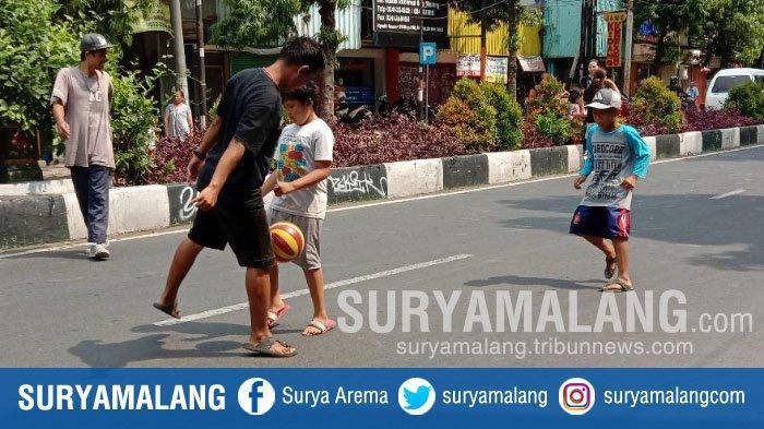 Dampak Penutupan Jalan Basuki Rahmat Kota Malang, Mulai Kemacetan sampai Bocah Main Bola di Jalanan