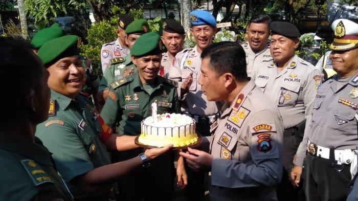 Peringati HUT Bhayangkara ke-73, Polsek Klojen Kota Malang Dapat Kejutan Dari Koramil 0833/01