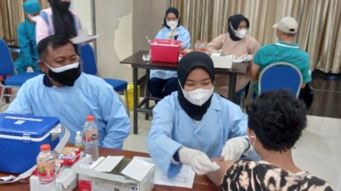 Mahasiswa Baru Universitas Widyagama Diikutkan Vaksinasi di Kampus