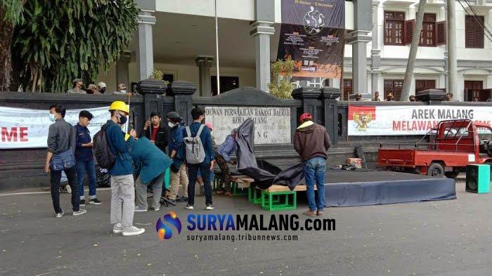 Demo Aksi Tolak UU Cipta Kerja di Depan Gedung DPRD Kota Malang