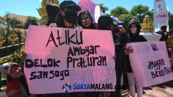 Breaking News - Demo Ribuan Pekerja Seni Surabaya Tuntut Wali Kota Risma Buat Peraturan Ini