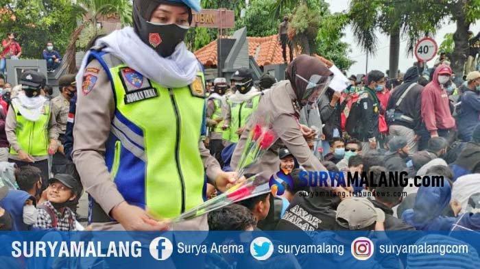 Aksi Polwan Tuban Dinginkan Tensi Pengunjuk Rasa Tolak Omnibus Law