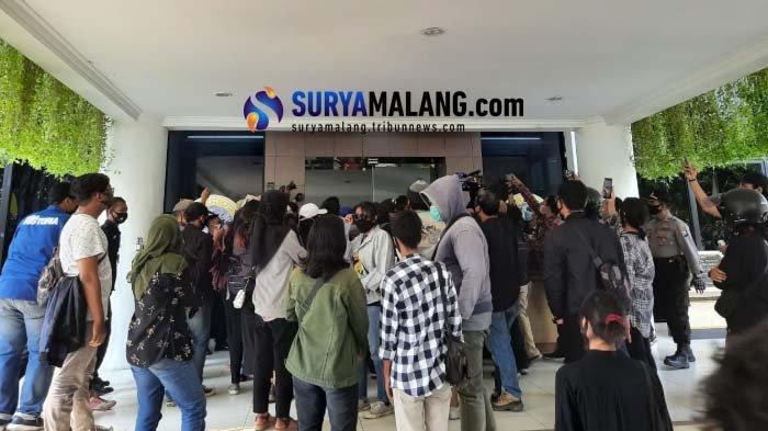 Mahasiswa Unair Sempat Paksa Masuk Rektorat saat Demo Tuntut Keringanan UKT
