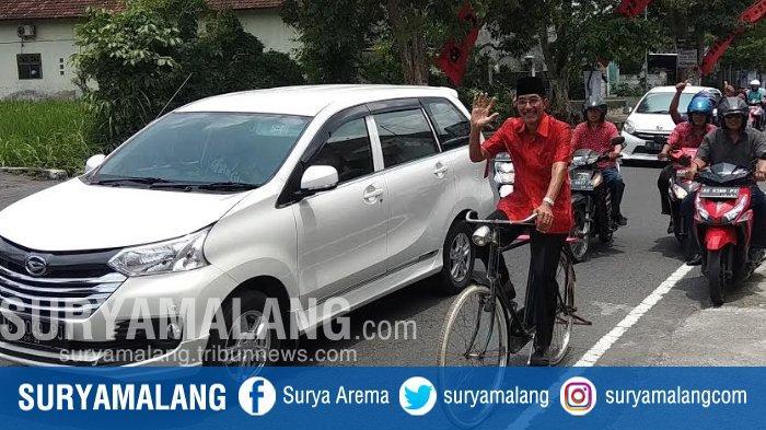 Bersepeda, Sugeng Mendaftar Sebagai Wakil Wali Kota Di Kantor DPC PDIP Kota Blitar